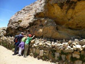 Nous sommes en train d'essayer de sentir l'energie magique qui est dit d'etre dans la roche.