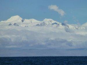 La vue du bateau des montagnes dans les Andes boliviennes (Real Cordillera)